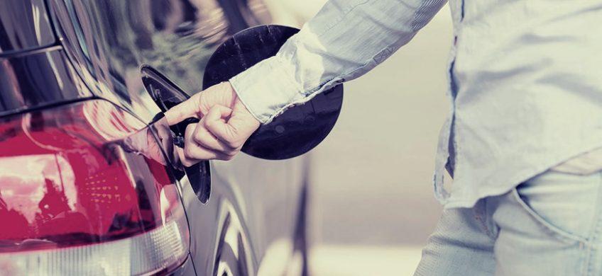 Seguir algunas pautas básicas de conducción y mantenimiento del coche permite ahorrar una buena cantidad de dinero en el consumo anual de gasolina.